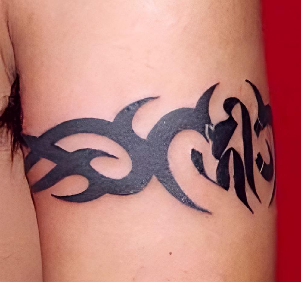 armband tattoo fotogalerie vielfalt an den armen. Black Bedroom Furniture Sets. Home Design Ideas